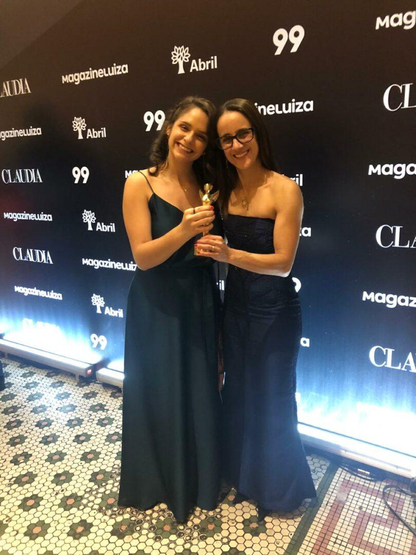 Juliana e Flávia com o troféu do Prêmio Cláudia